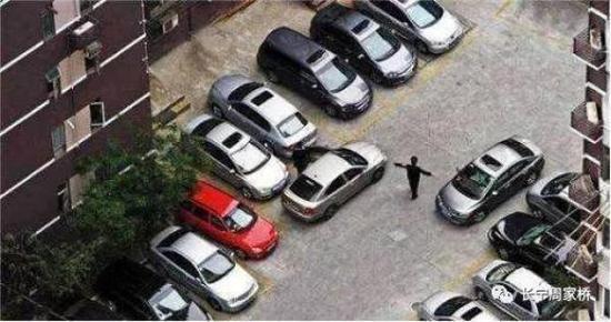 少了保安的指挥,都不敢停车了。 上海大调研微信公众号 图