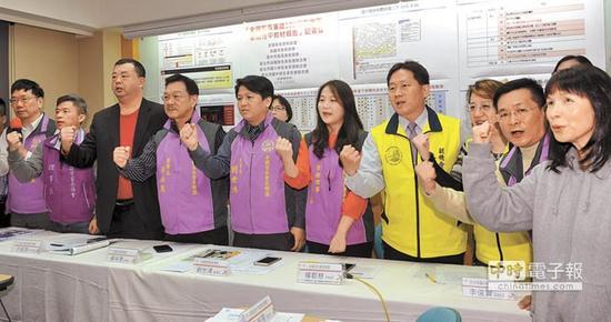 台湾家长会长联盟等团体要求台湾教育部门导正教科书中的不当性教育内容(图片来源:台湾《中时电子报》)