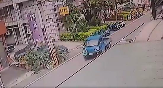"""男童遭撞,死在妈妈怀中,断气前说:妈妈,好痛。(图片来源:台湾""""东森新闻云)"""