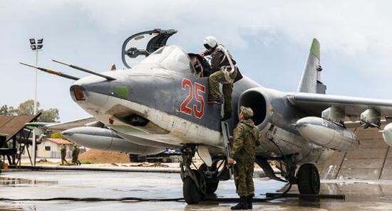 资料图片:部署在叙空军基地的俄空军苏-25攻击机。(图片来源于网络)