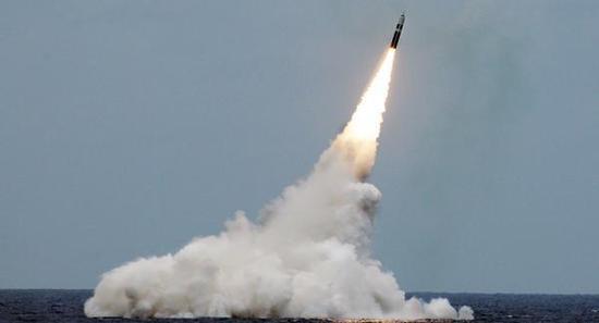 """美国""""三叉戟""""Ⅱ-D5潜射导弹 资料图"""
