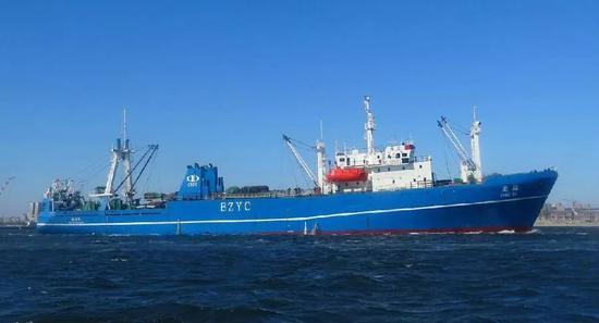 """▲资料图片:2015年,磷虾生产船""""龙达号""""出发前往南极。"""