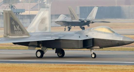 """美国注重在亚太地区的军事存在。图为位于韩国光州空军基地的美军F-22""""猛禽""""战斗机。新华社/法新"""