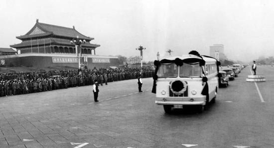 1976年1月11日,首都百万群众,泪洒十里长街,极其沉痛地悼念敬爱的周总理。这是安放周总理遗体的灵车通过天安门。新华社记者刘少山 摄