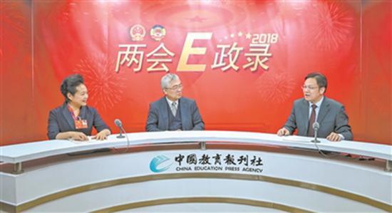 """3月6日,韩震(中)、王欢(左)做客中国教育报刊社""""两会E政录""""演播室,探讨如何发挥好三科教材育人功能。 本文图均为 中国教育报 图"""