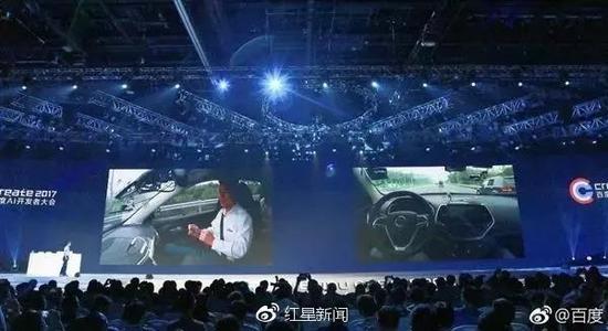 ▲李彦宏展示乘坐无人车行驶 图据百度微博