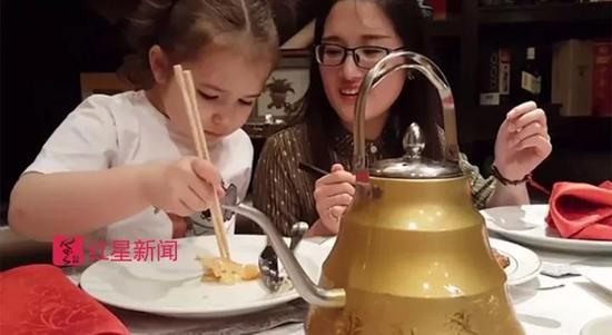 ▲贝拉学习用筷子吃饭 图据社会交际网站