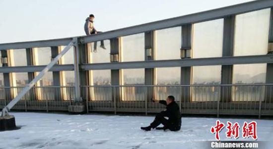 为了打消轻生者顾虑,郑浩坐在雪地里与其攀谈。