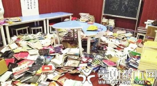 """""""熊孩子""""在书店捣乱,书籍乱扔一地。贵州都市报 图"""