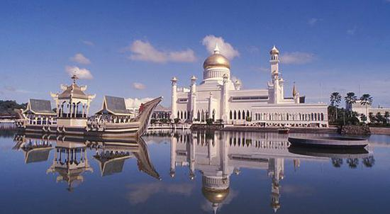 ▲文莱著名的赛福鼎清真寺 (图片来源:维基百科共享页面)