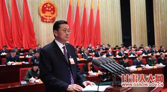 罗笑虎向大会作甘肃省人大常委会工作报告。 甘肃人大网 图