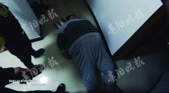 小伙摔倒在地