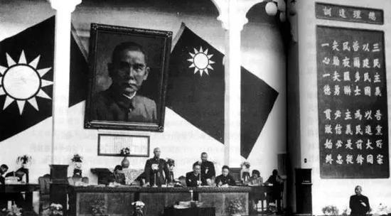 △1946年4月,蒋介石主持国民党中央全会,主席台右二的速记员就是沈安娜。