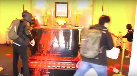 图为桃园慈湖蒋介石陵寝遭泼漆。(来源:联合新闻网)