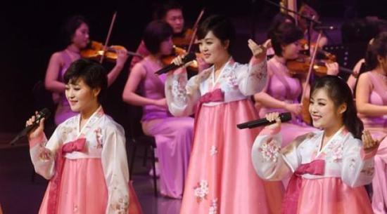 朝鲜艺术团冬奥庆祝演出在江陵艺术中心举行首演。