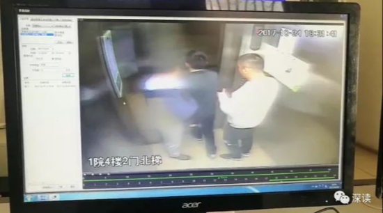 张家泽离开家时被两名男子夹住胳膊
