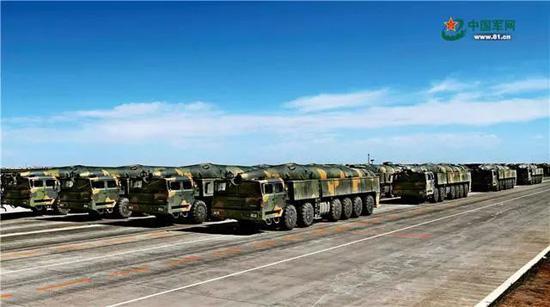核常兼备导弹方队受阅的东风-26导弹,能够跨区域无依托机动发射,可实施快速核反击和常规中远程精确打击。王卫东 摄