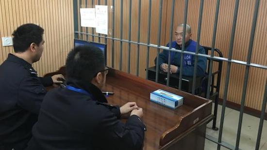 刘重涉嫌包庇罪接受警方讯问。本文图片均由上海警方提供