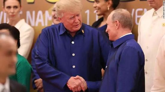 ▲资料图片:11月10日,俄罗斯总统普京(前右)与美国总统特朗普在APEC峰会晚宴前握手合影。(法新社)