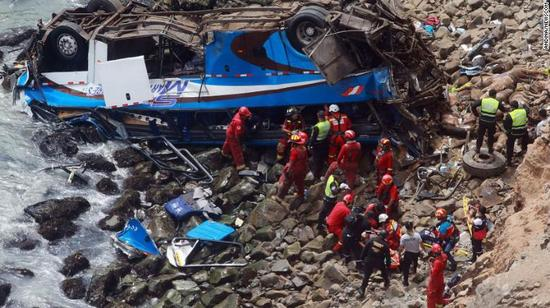 秘鲁大巴魔鬼弯坠崖致36死 总统发推感慨:悲剧