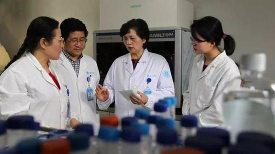 李兰娟院士与项目组成员在讨论。图中左三为李兰娟院士 卢绍庆 摄