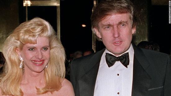 资料图:伊凡娜和特朗普于1989年的合照。来源:CNN