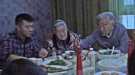 褚时健和其妻子、儿子一起用餐 澎湃新闻记者 冯元晴 摄