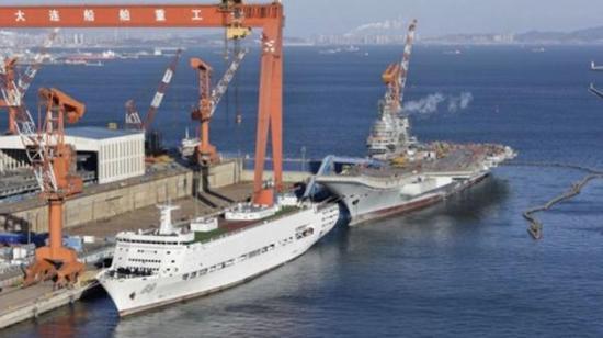 89号保障船停泊在002号航母身边