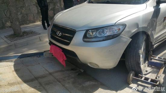 公车司机用毛巾遮掩车牌。 本文图片均来自微博@记者范显斌