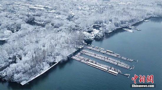 △26日,航拍下的杭州西湖杨公堤。