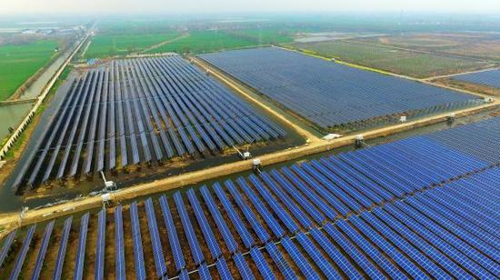 材料图片:2016年3月26日,江苏宝应加紧扩建3000亩渔光互补发电工程。(新华社记者张晨霖摄)
