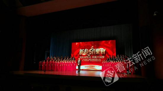 海政文工团男高音歌唱家姜必群领唱的《我是朝阳群众》昨天首次与公众见面 本文图均为 法制晚报 图