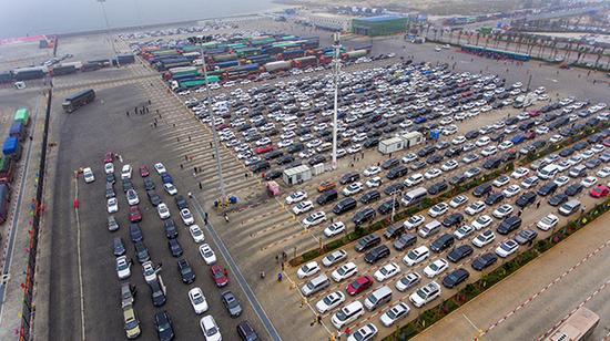海口市新海港码头数千辆排队等待过海的滞留车辆。 视觉中国 图