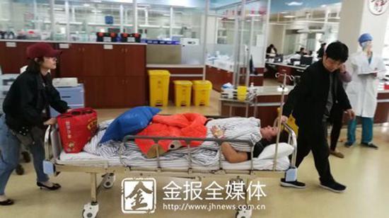 金晓珍教师和校长助理余根辉将刘妈妈推动诊疗室。