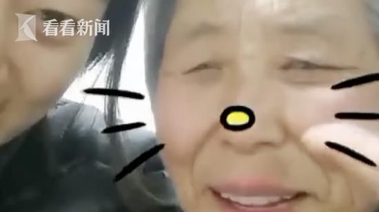 女大学生手绘智能手机说明书 教奶奶视频聊天