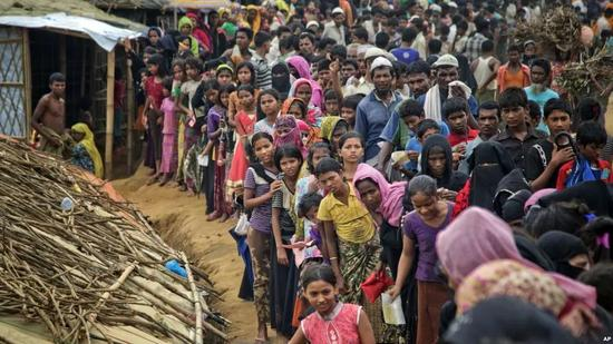 ▲11月15日,逃离缅甸的罗兴亚人在孟加拉国难民营排队等待援助物资。(美联社)