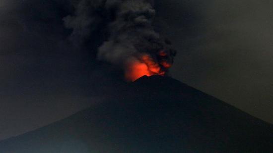 正在喷发的巴厘岛阿贡火山。(图片来源:福克斯新闻网)