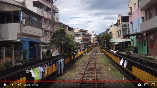 """阿里山森林铁路北门-竹崎路段沿线晒衣风景。(图片来源:台湾""""中时电子报"""")"""