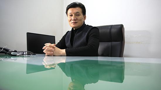 12月3日,王旭明最后一次坐在语文出版社的社长办公室,桌面已经被收拾干净。 澎湃新闻记者 权义 图