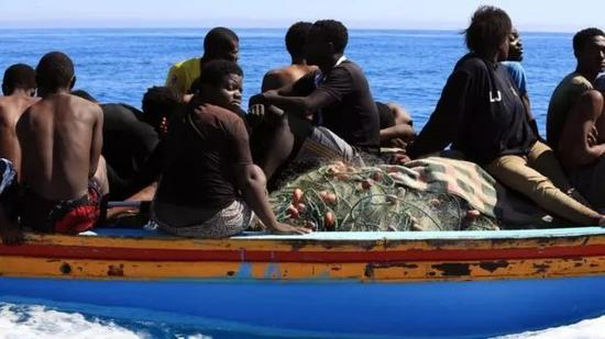 ▲每年有不少非洲非法移民和难民从橡皮艇上掉落地中海而丧命  图据BBC