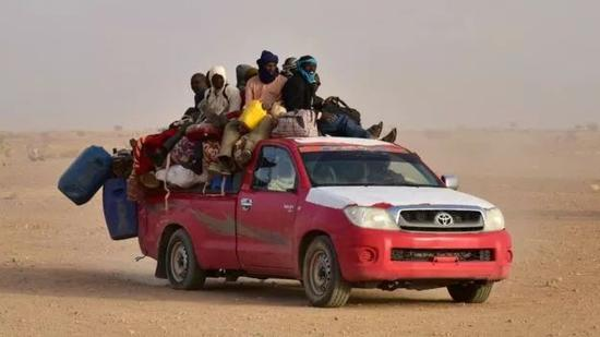 ▲正在穿越撒哈拉沙漠的人 图据法新社
