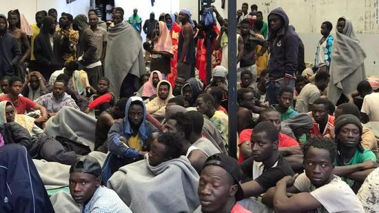 ▲一些人会被送回政府的移民拘留中心,在被遣返前将被利比亚当局关押在此  图据CNN