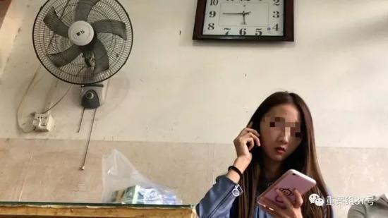 一名女酒托正在給男顧客打電話約見面。