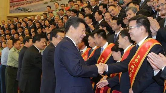 习近平会见第七次全国人防会议代表
