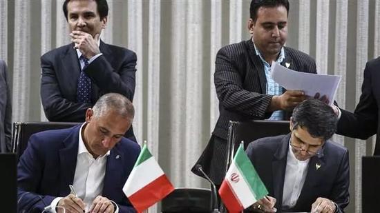 ▲意大利是伊朗在欧洲的最大商业同伴。图为两国铁路部门官员签署互助协议。(伊通社)