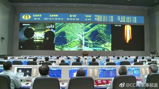 科技人员密切关注火箭的飞行状态