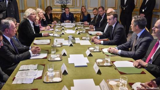 法国总统马克龙在巴黎与英美政界商界人士会谈