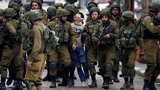 巴勒斯坦少年被以色列士兵蒙眼夹走