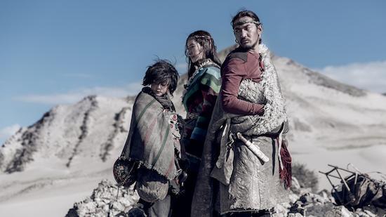 在《冈仁波齐》获得意外成功的票房后,张杨导演的另一部西藏题材电影《皮绳上的魂》在隔了一年多后公映。《皮绳上的魂》改编自作家扎西达娃的两部短篇小说:《西藏,系在皮绳结上的魂》和《去拉萨的路上》。在这个充满宗教神秘主义的故事中,作者玩起了元叙事。