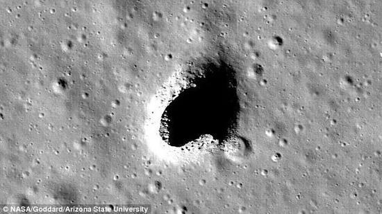 ▲上图:印度月船1号探月卫星于2008年发射。(路透社) 下图:日本月亮女神号卫星拍摄到的月球表面洞穴。(NASA)